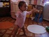 bébé debout tout seul