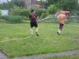 Bataille d'eau entre Pierre et Jonathan