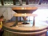 fonctionnement d'un moulin et tamisage de la farine