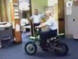 Policière se déchire sur une moto