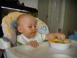 Theo mange seul