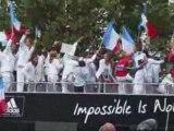 Les athlètes olympiques acclamés à Paris