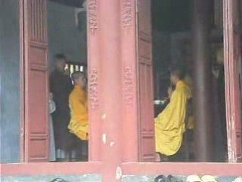 prière des bonzes à la pagode de la dame céleste