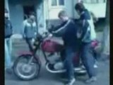 Jeune Russe Apprend à faire de la Moto comme régis