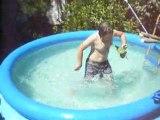 Un fou a la piscine * Fou rire .