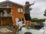 Kiki salto arriere sur une voiture