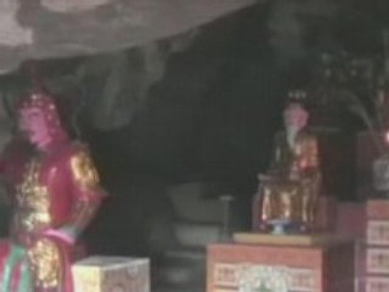 Prière dans une pagode - Ninh Binh