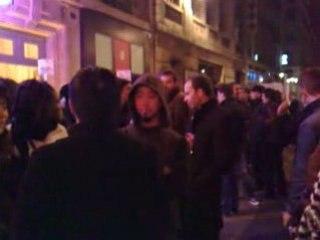 Ambiance avant le résultat au Harry's Bar, à Paris (US08)