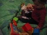 chloé joue par terre sur la couverture