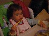 clara mange toute seul