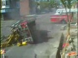 Régis joue avec la voiture de pompiers