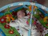 Noëmy joue sur son tapis