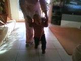 Mathis marche avec mamie Sylvie