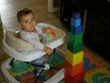 8 mois trotteur papa joue aux cubes