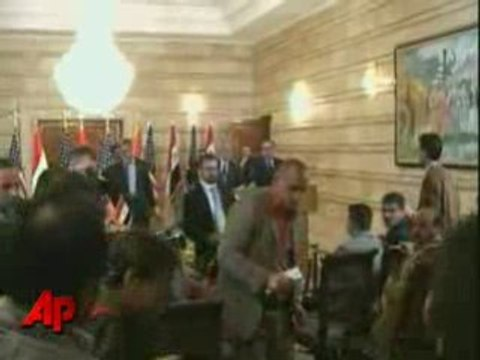 Un Journaliste Attaque Georges Bush Avec Ses Chaussures