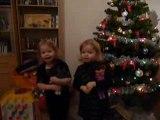 Léna & Chloé chantent petit Papa Noël devant le sapin