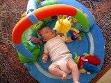 Clémence sur son tapis d'éveil