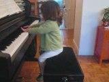 Salomé chante Frère Jacques au piano