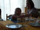 Mathilde mange toute seule