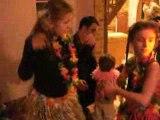 Livia Mandy Julian font une danse tahitienne