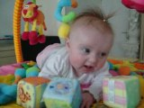 Manon avec ses cubes sur son tapis d'éveil