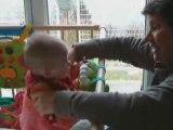 Petite Louise joue dans son parc