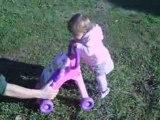 emma se promène dans le jardin, cascade bébé!!