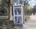 Wouak dans une cabine téléphonique