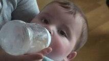 [HD] Biberon donné à Arthur (6 mois) par Maman