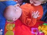 Jules,5 mois,rit aux bisous chatouille de son frère Corentin