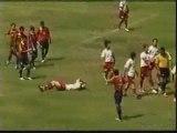 Des joueurs de foot coursent un arbitre! MDR