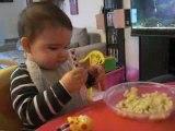 23.04.09.Milie mange toute seule