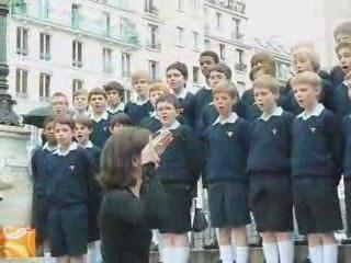 Les Petits Chanteurs à la Croix de Bois bâillonnés.