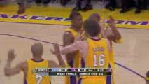 Pau Gasol finds Andrew Bynum with the over-the-shoulder pass