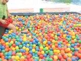 Ewen dans une piscine à balles