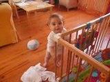 Bébé Louise debout fin jui 2009
